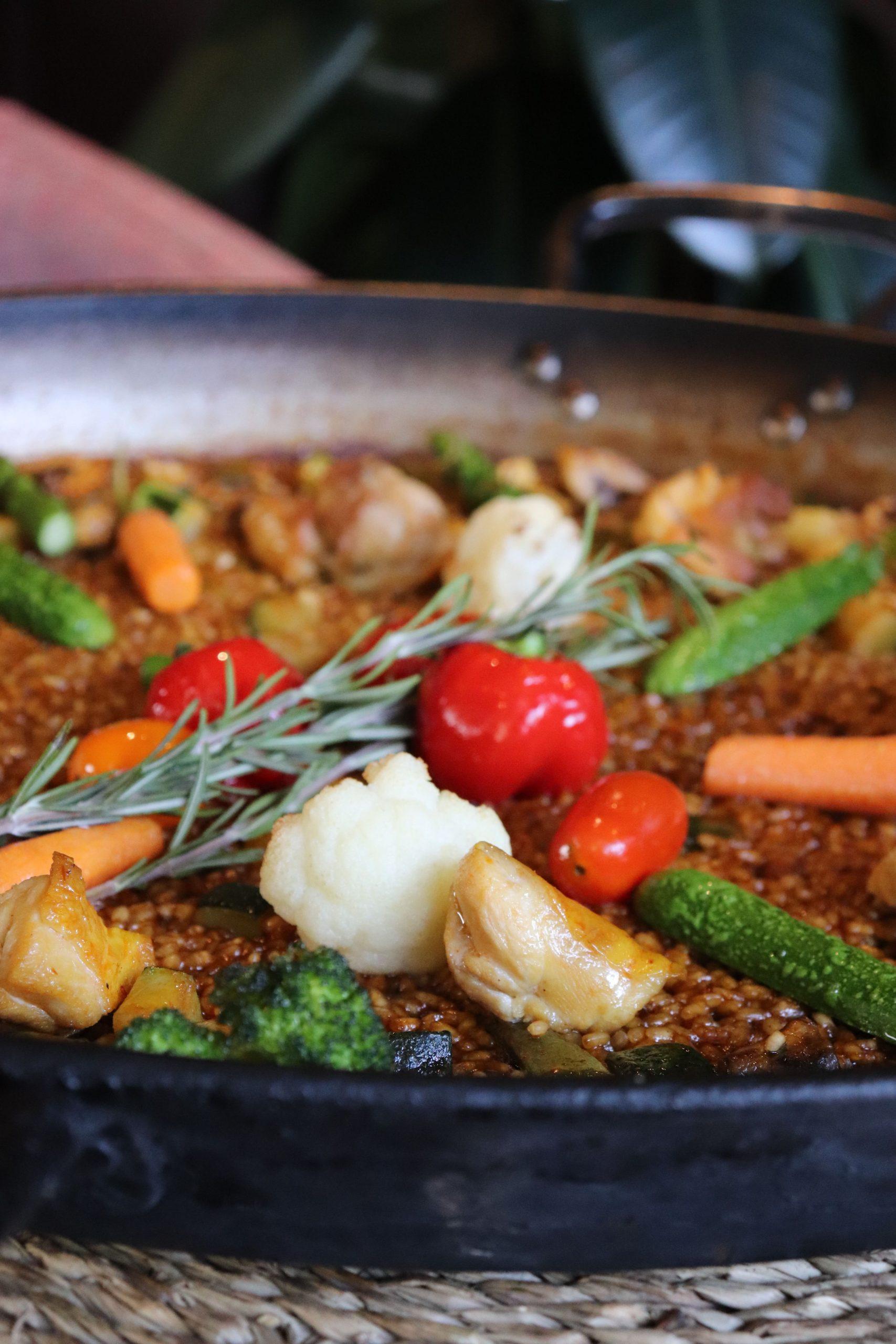 Paella de verduras de temporada con pollo campero Rocacho restaurante Madrid